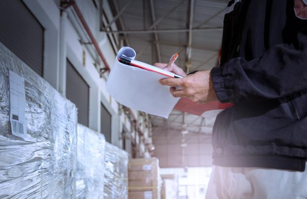 armazem-de-trabalhador-segurando-a-area-de-transferencia-durante-a-verificacao-de-inventario_36860-27