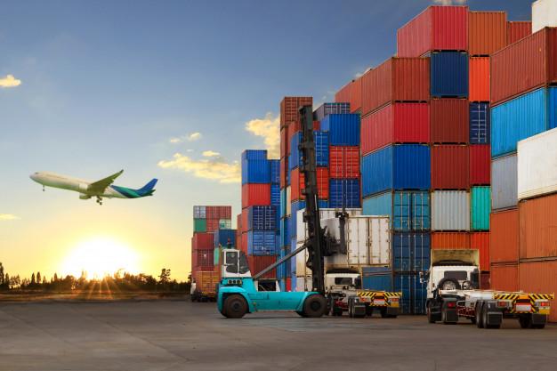 empilhadeira-que-manipula-o-carregamento-da-caixa-do-conteiner-no-caminhao_35656-6